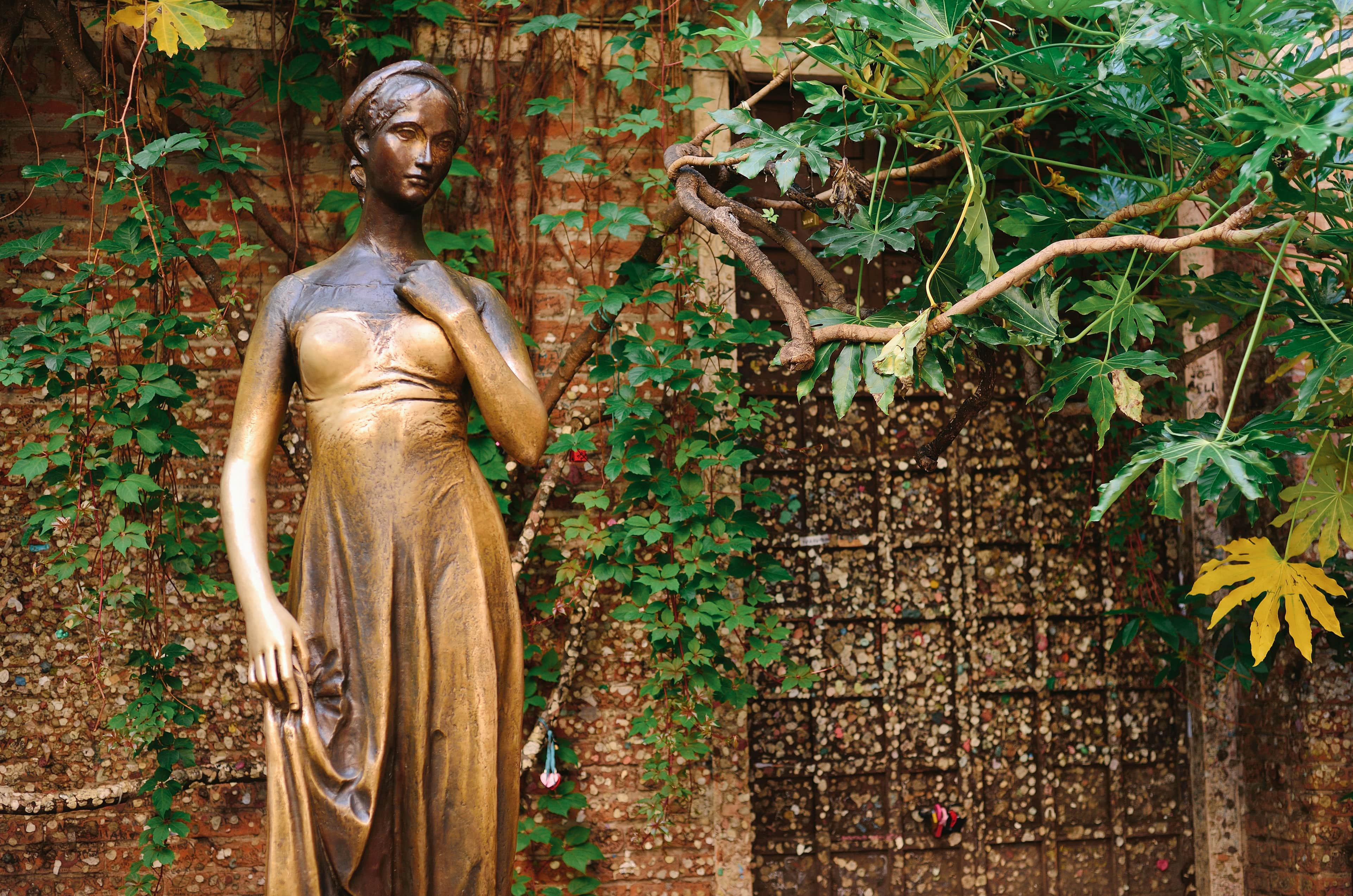 bronze statue of juliet
